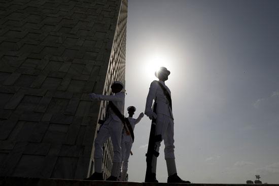 طالب بالبحرية الباكستانية يشارك في الاحتفال