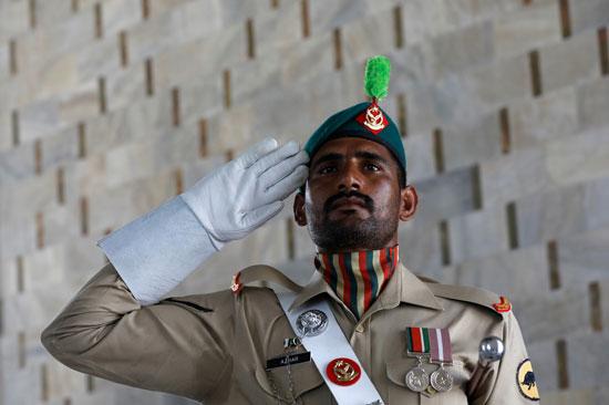 جندي باكستاني يحيي العلم خلال الاحتفال بعيد الاستقلال