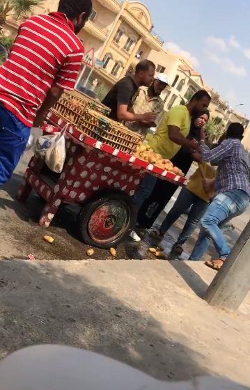 مواطنون يقفون امام الموظفة لمنع تدير العربة