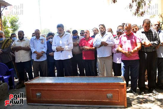 هانى شاكر يؤدى صلاة الجنازة على جثمان سمير الإسكندرانى