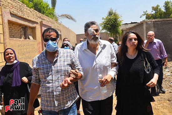 أقارب الفنان الكبير الراحل يودعون جثمان سمير الإسكندرانى