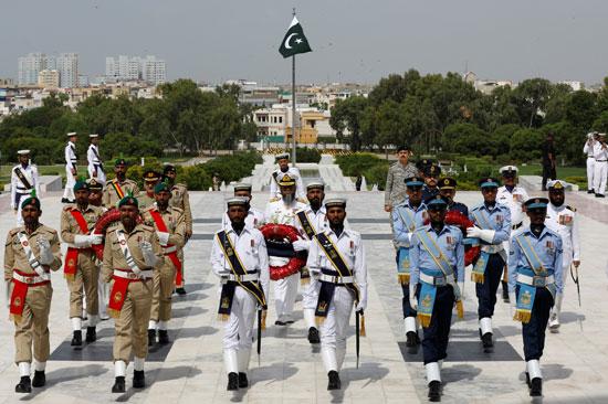 القوات الباكستانية تضع أكاليل الزهور على ضريح مؤسس باكستان