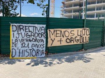 لافتات امام المدينة الرياضية