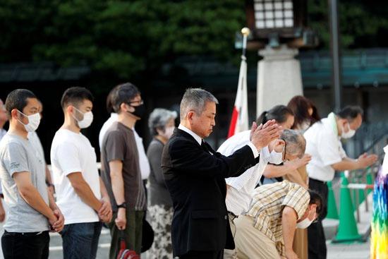 رئيس وزراء اليابان شينزو آبي يرسل  القرابين إلى ضريح ياسوكونى (2)