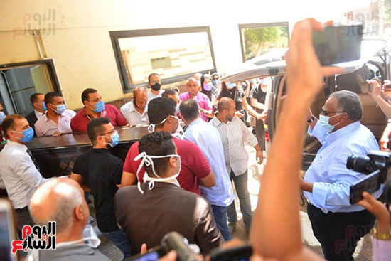اثناء تشييع جثمان الفنانة شويكار