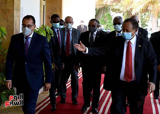 رئيس وزراء السودان يستقبل الدكتور مصطفى مدبولى (2)
