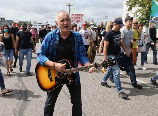 رجل يعزف على الجيتار في المسيرة