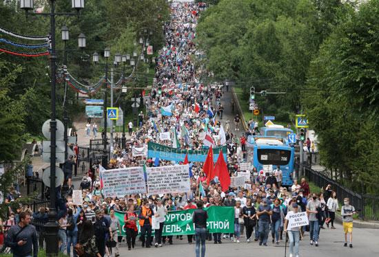 الناس يشاركون في مسيرة لدعم الحاكم الإقليمي السابق