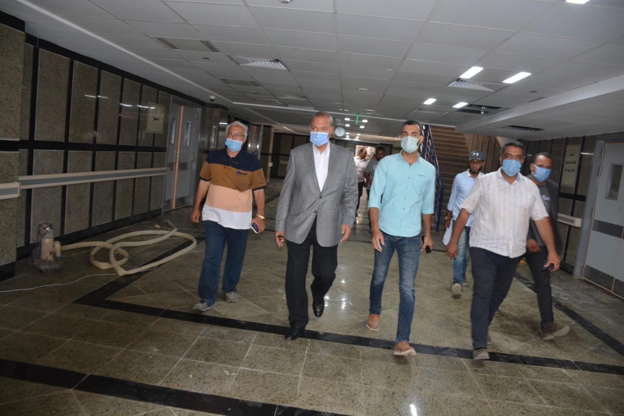 محافظ القليوبية يتفقد العمل بالمستشفى