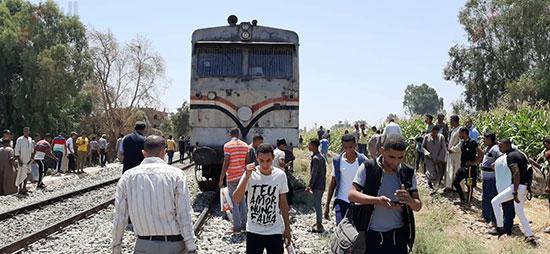 اصطدام-قطار-بتروسيكل-يتسبب-فى-توقف-حركة-القطارات-بقنا-(3)