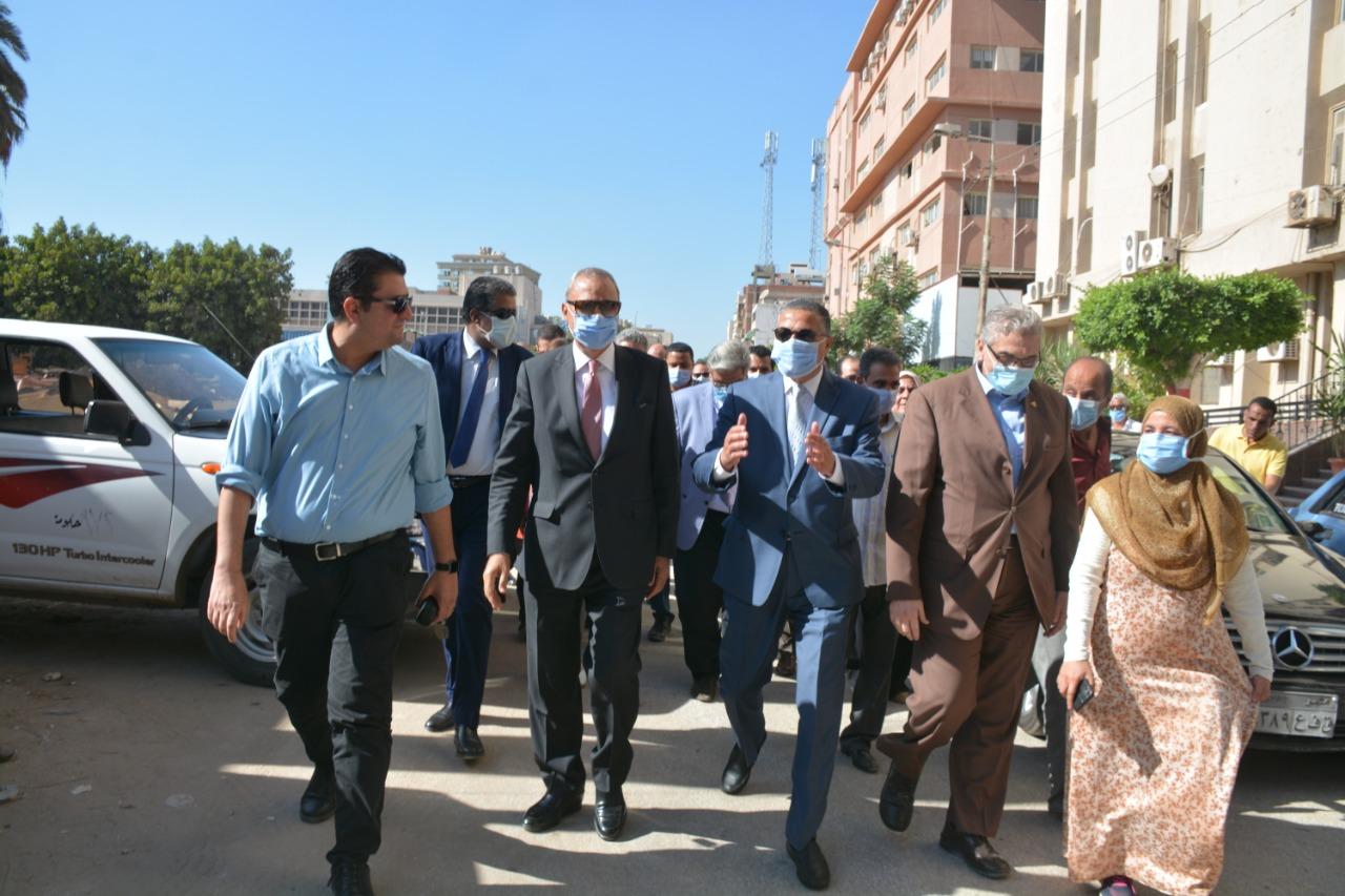 محافظ القليوبية ورئيس جامعة بنها خلال الجولة