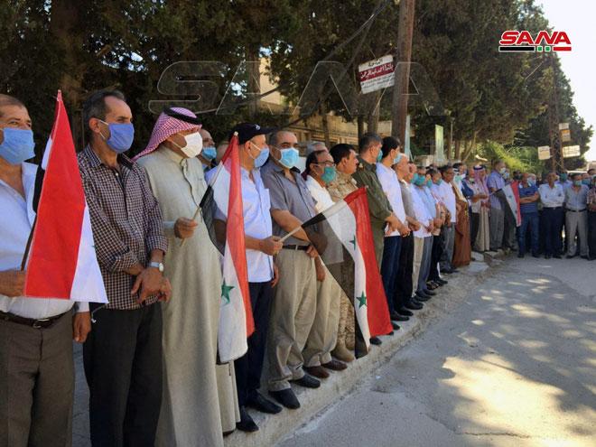 السوريون يحملون علم بلادهم