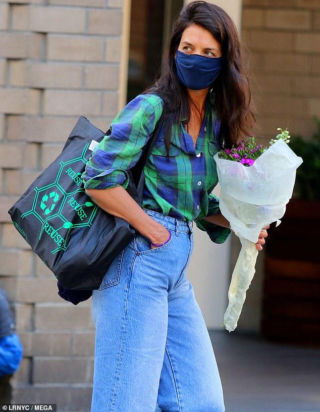 كاتي هولمز تحمل الورد