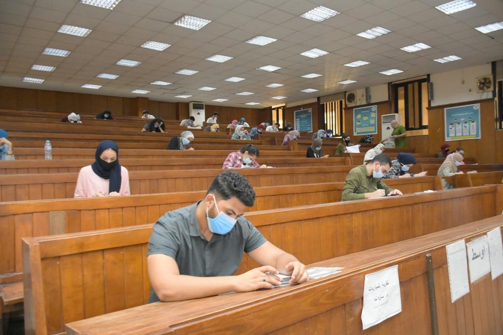 أعمال امتحانات طلاب الفرق النهائية بجامعة القاهرة  (2)