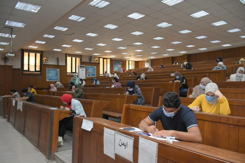 أعمال امتحانات طلاب الفرق النهائية بجامعة القاهرة  (1)