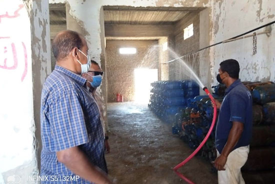 رئيس مدينة القصير يوجه بالمرور على مستودعات الغاز (4)