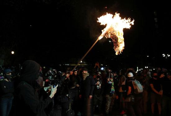 المتظاهرون يشعلون النيران