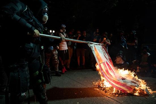 متظاهرون يحرقون علم أمريكا