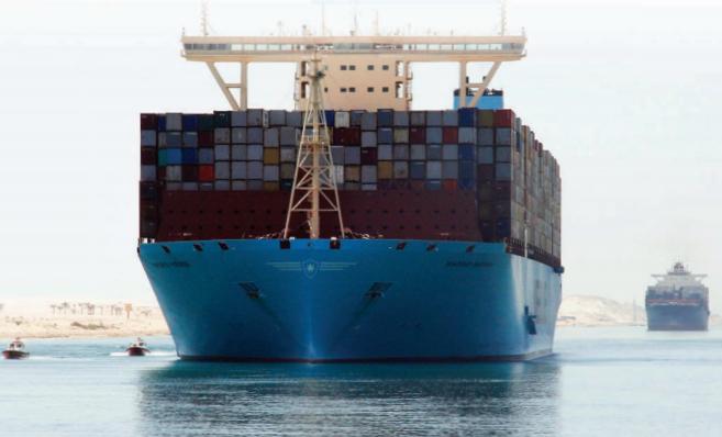سفينة عملاقة تعبر قناة السويس الجديدة