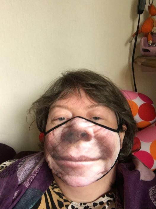 شاب أمريكي قرر طباعة صورة وجهه على الكمامة والنتيجة كوميدية..صور   (4)
