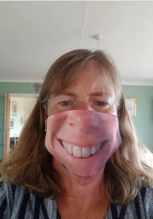 شاب أمريكي قرر طباعة صورة وجهه على الكمامة والنتيجة كوميدية..صور   (2)