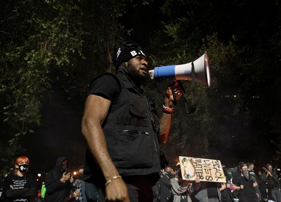 متظاهر من ذوى الأصول الإفريقية يقود الهتافات