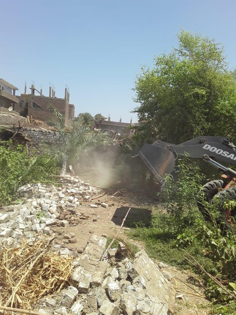 إزالة 12 حالة تعدى على أملاك الدولة بقرية الحبيل فى مدينة البياضية (1)
