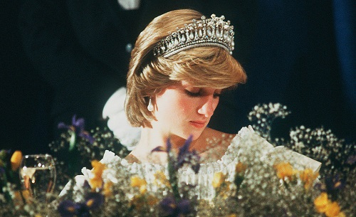 ديانا ترتدى التاج الملكى