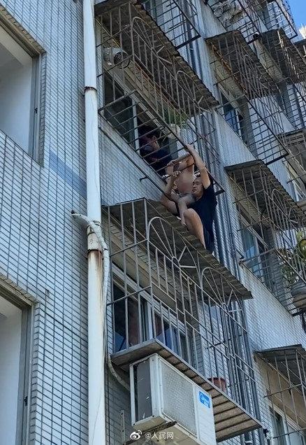 صبى ينجو من الموت بعد تعلقه في نافذة حديدية في الصين (2)