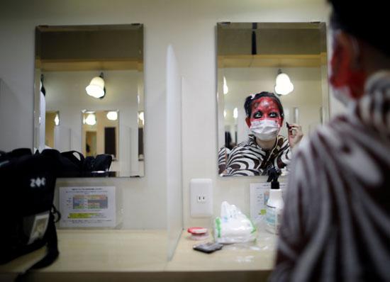 ممثلة تتهيأ للعرض بالتنكر في صورة زومبي