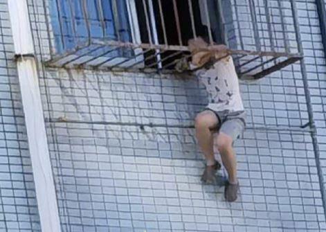 صبى ينجو من الموت بعد تعلقه في نافذة حديدية في الصين (3)