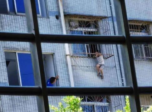 صبى ينجو من الموت بعد تعلقه في نافذة حديدية في الصين (1)