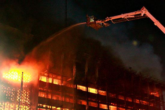 محاولات اطفاء النيران بمكتب النائب العام الاندونيسي