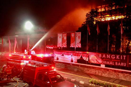 جهود السيطرة على حريق مكتب النائب العام الاندونيسي