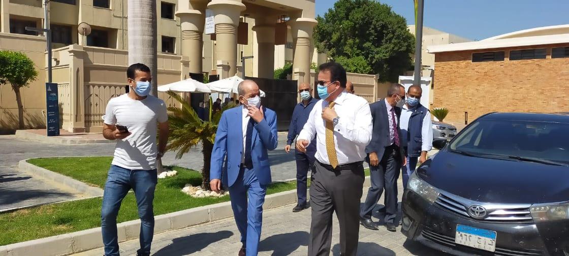 جولة وزير التعليم العالى بمكاتب تنسيق جامعة عين شمس (7)