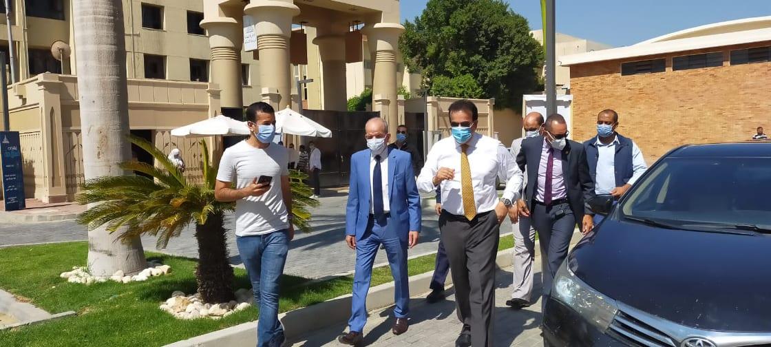 جولة وزير التعليم العالى بمكاتب تنسيق جامعة عين شمس (8)