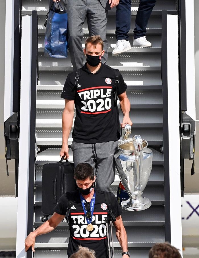 القائد نوير يحمل كأس دوري الأبطال
