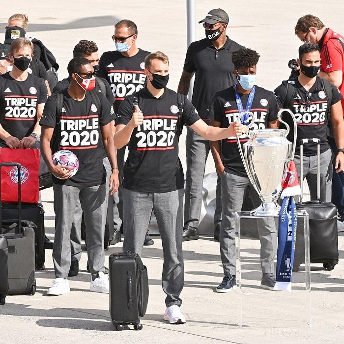 مانويل نوير بجوار كأس دورى أبطال أوروبا