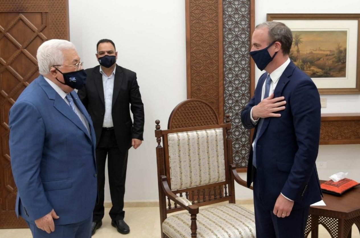 وزير خارجية بريطانيا مع محمود عباس