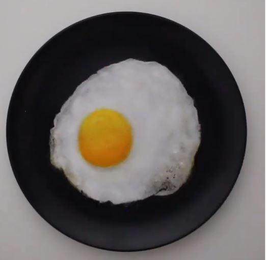 طبق بيض مرسوم بالملح