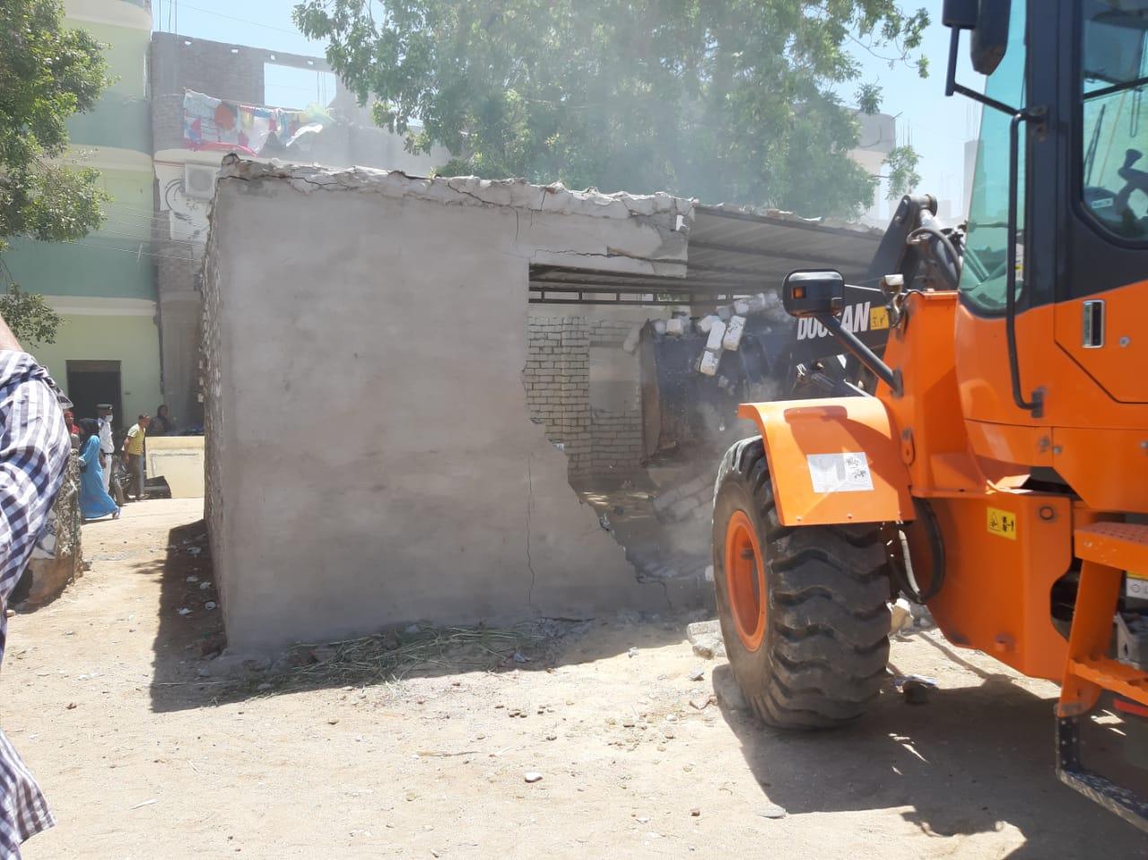 إزالة وتنفيذ 10 قرارات لتعديات على أراضى الدولة بمدينة القرنة  (2)