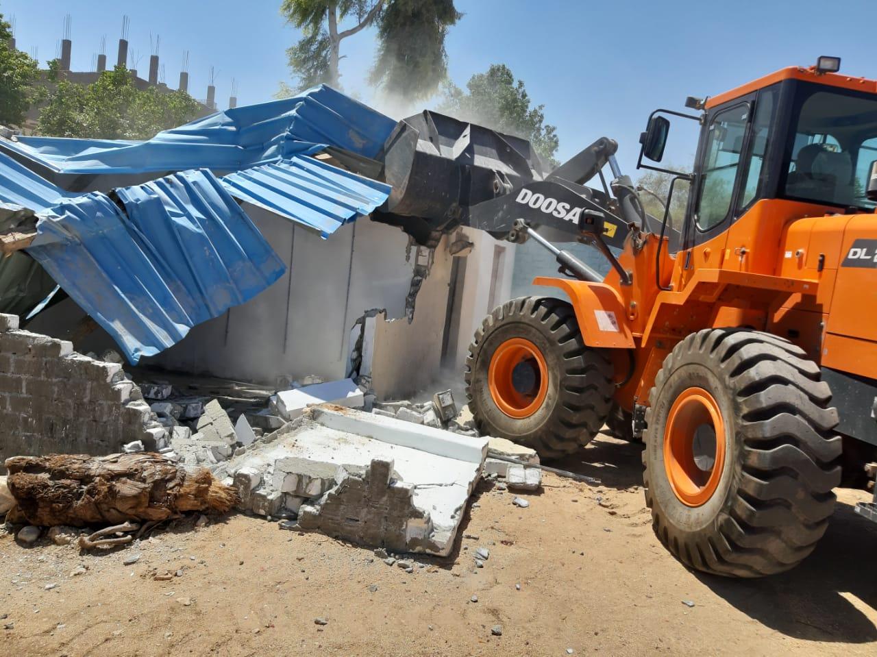 إزالة وتنفيذ 10 قرارات لتعديات على أراضى الدولة بمدينة القرنة  (4)