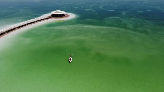 قارب يحمل شخص فى طريقه للجزر