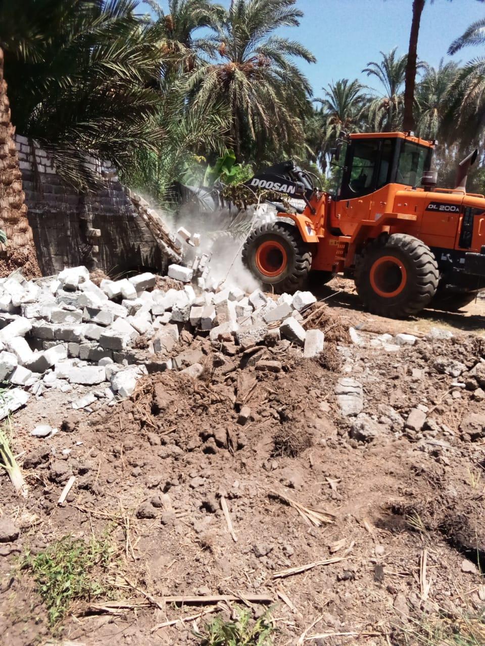 إزالة وتنفيذ 10 قرارات لتعديات على أراضى الدولة بمدينة القرنة  (5)