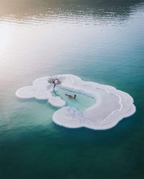 شخص يستجم على إحدى الجزر