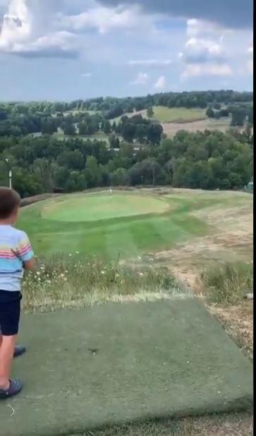 طفل يلعب الجولف
