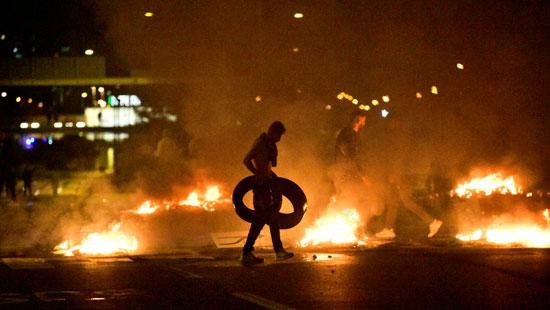 متظاهرون يشعلون اطارات السيارات