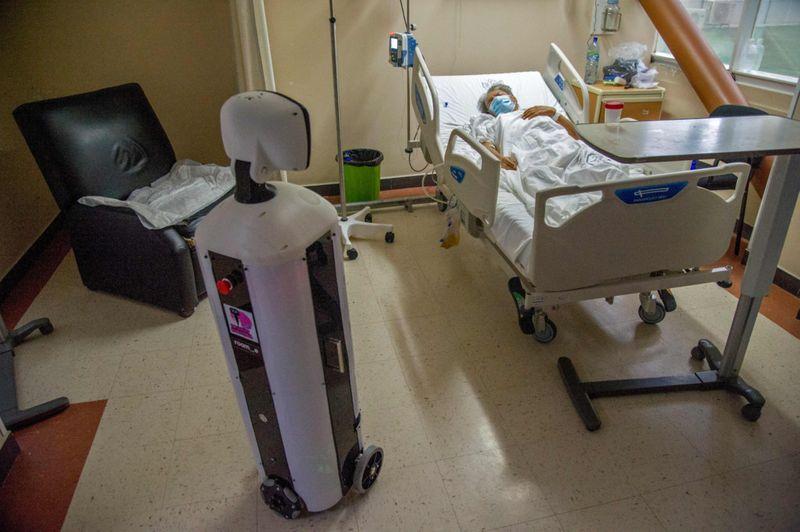الروبوت وأحد المرضى