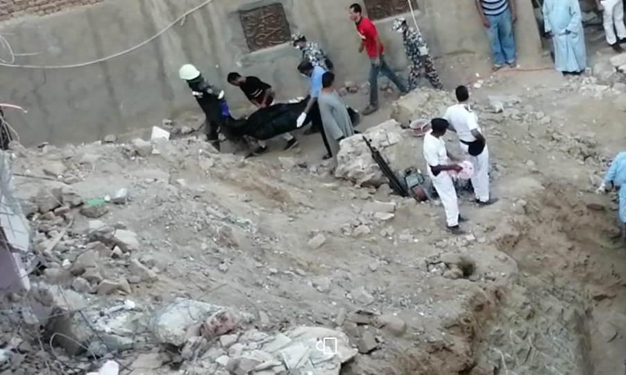 لحظات العثور على جثث الضحايا (2)