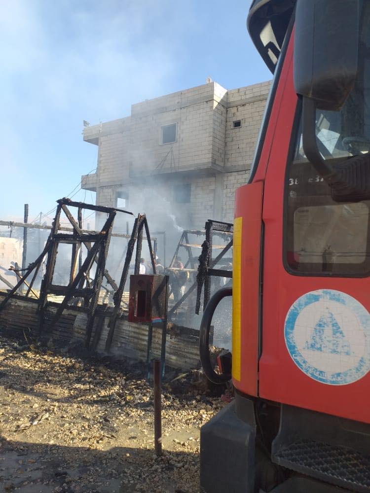 إخماد حريق في مخيم للنازحين